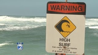 Large wave knocks passengers off catamaran in Haleiwa