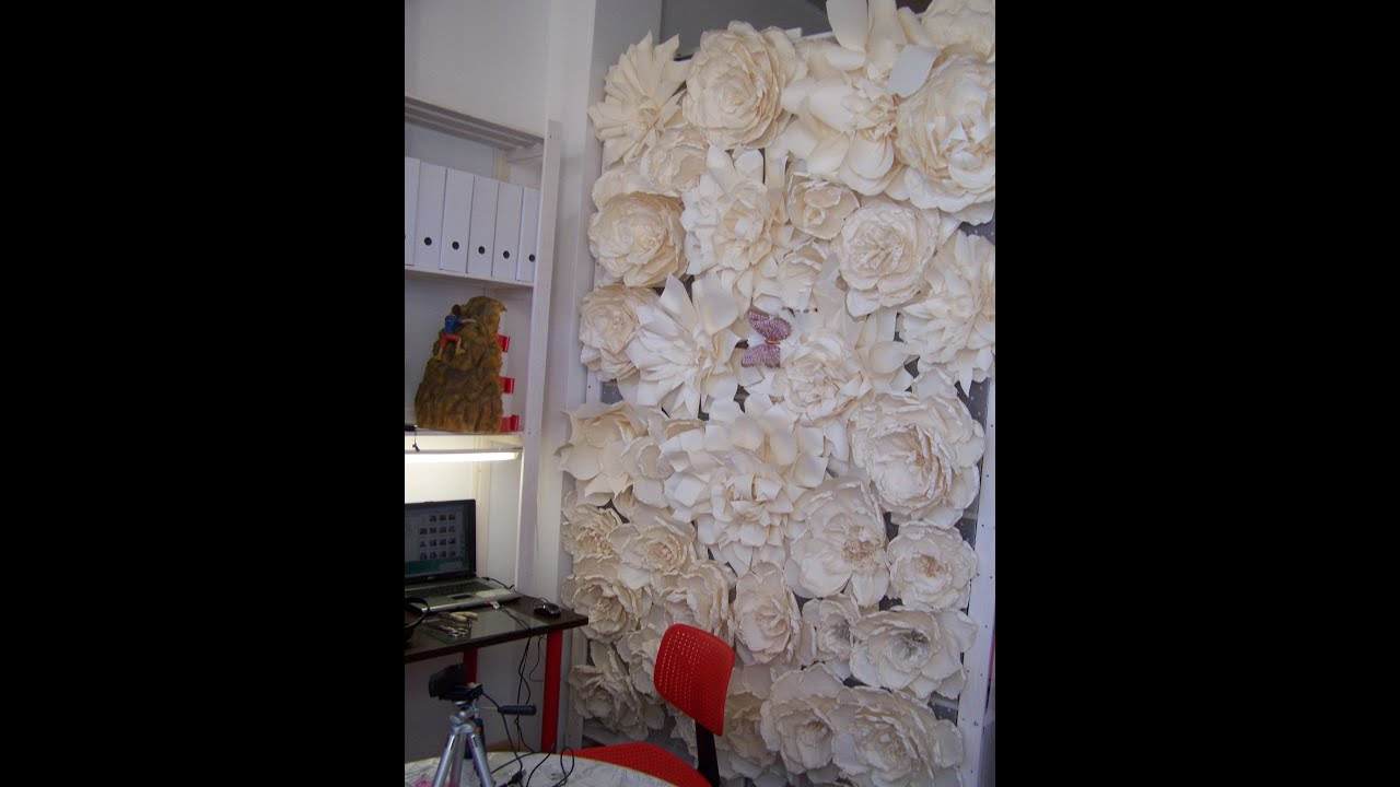 Como se hace un photocall para la boda con flores de papel for Papel de decoracion