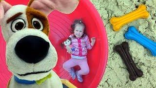 Катя и Макс на детской площадке Катя плачет Макс нашел косточку Toy lost on outdoor playground