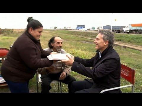 macri-visitó-a-una-pareja-de-vendedores-de-tortas-en-la-localidad-de-cuatro-esquinas