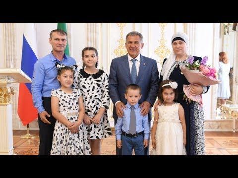Минниханов наградил многодетных матерей Татарстана медалями «Ана даны - Материнская слава»