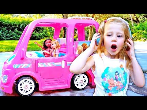 Nastya va à une fête avec ses amis dans la voiture de Barbie