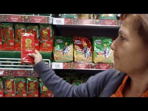 Familia venezolana hace compras en un supermercado en Perú