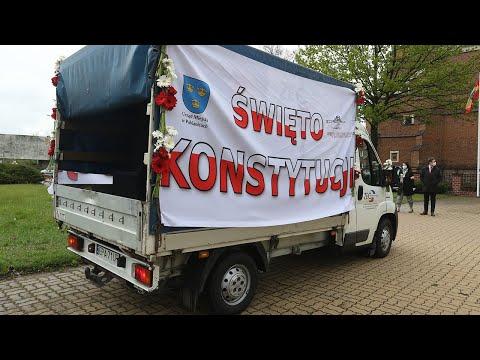 Patriotyczny samochód jeździ po Pabianicach z okazji święta 3 maja