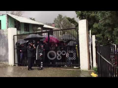 """Ora News -Edhe pse shi,mbështetësit s'e braktisin Fran Frrokajn, para gjykatës thërrasin """"Drejtësi!"""""""