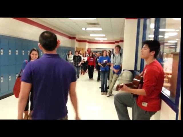 Chico canta a Novia en Colegio! Video Romantico de Amor! Videos De Viajes