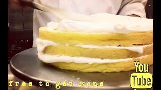 スポンジケーキのデコレーション。サンドから表面をクリームできれいに...