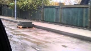 Собянин кладет тротуарную плитку в глухой промзоне(Собянин и его жена
