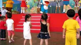 [雙胞胎勇闖小人國]小叮噹歌舞劇與小朋友的互動舞