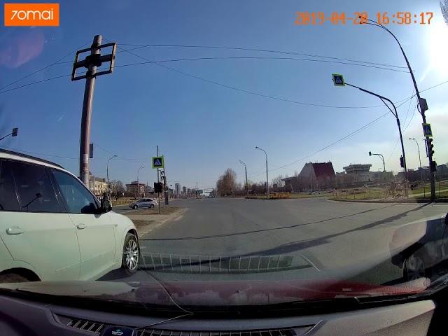В Тольятти на пересечении Юбилейная/Ленинский водитель пролетает на красный