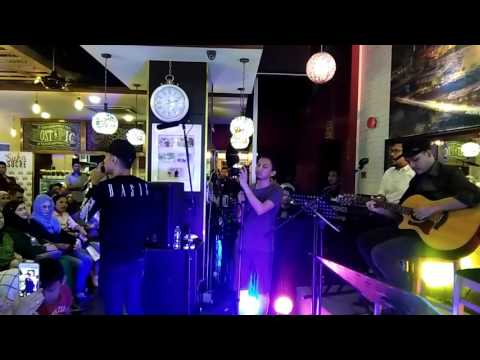 HIASAN DI HALAMAN RINDU   TOMOK AKUSTIK live at suka surce bistro KL