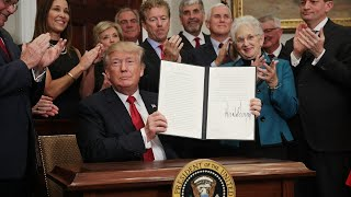 2017-10-12-17-51.Trump-signs-executive-order-on-health-care