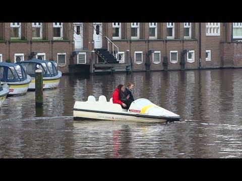 Toeristes op een waterfiets : Stuurmanskunst grachten Amsterdam