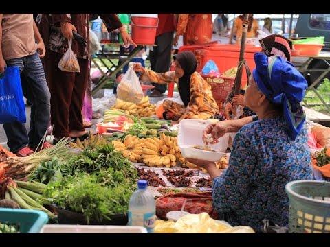 THE FAMOUS NONTHABURI MARKET AND THAI STREET FOODS   NONTHABURI THAILAND  