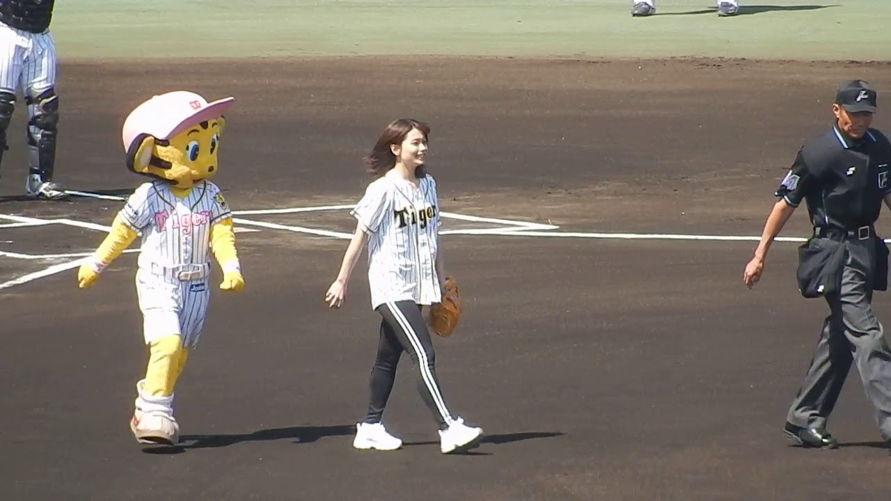 阪神タイガース2019/足立佳奈さんの始球式が豪快すぎてビックリ(2019.05.05)
