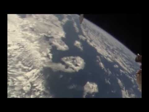 Видео: Эту запись с МКС не успели удалить. В небе увидели рептилоида или пришельца.