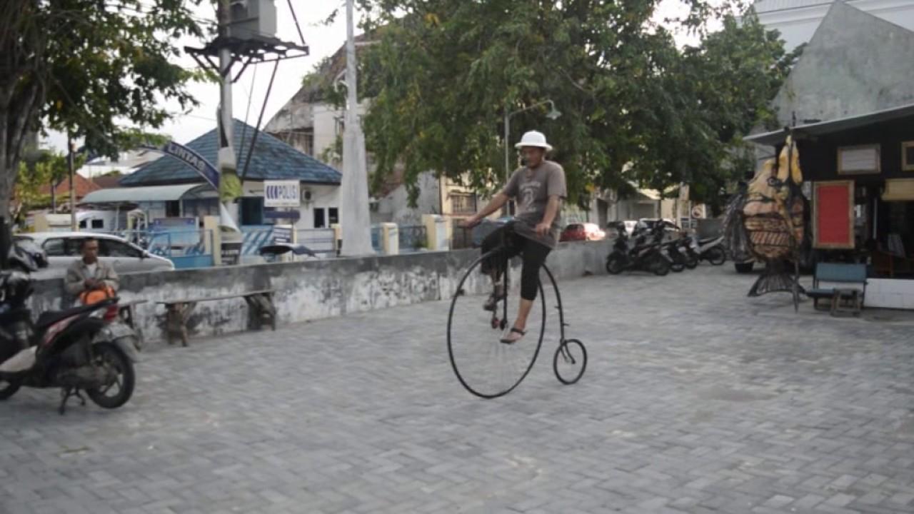 Несмотря на то, что модель отсылает нас к моделям позапрошлого века, данный велосипед сделан немецким брендом qu-ax со свойственной ему основательностью и с учетом современных технологий. Переднее колесо 36