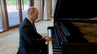 Putin surprises with impromptu piano performance in Beijing