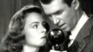 E' la scena del film in cui i due attori si baciano, divertente e significativa. di rilievo bravura dell'attrice...non resistono alla tentazione baciar...