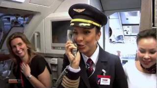 Ivete Sangalo recepciona passageiros da TAM