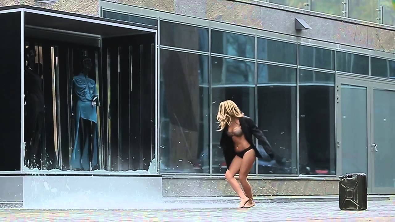 Миша романова разбила витрину