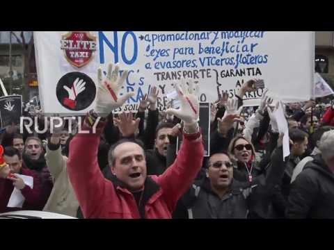 Spain: Protesting taxi drivers scuffle with police in Madrid