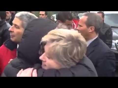 Moncef Marzouki salue ses fans à la sortie du palais de Carthage