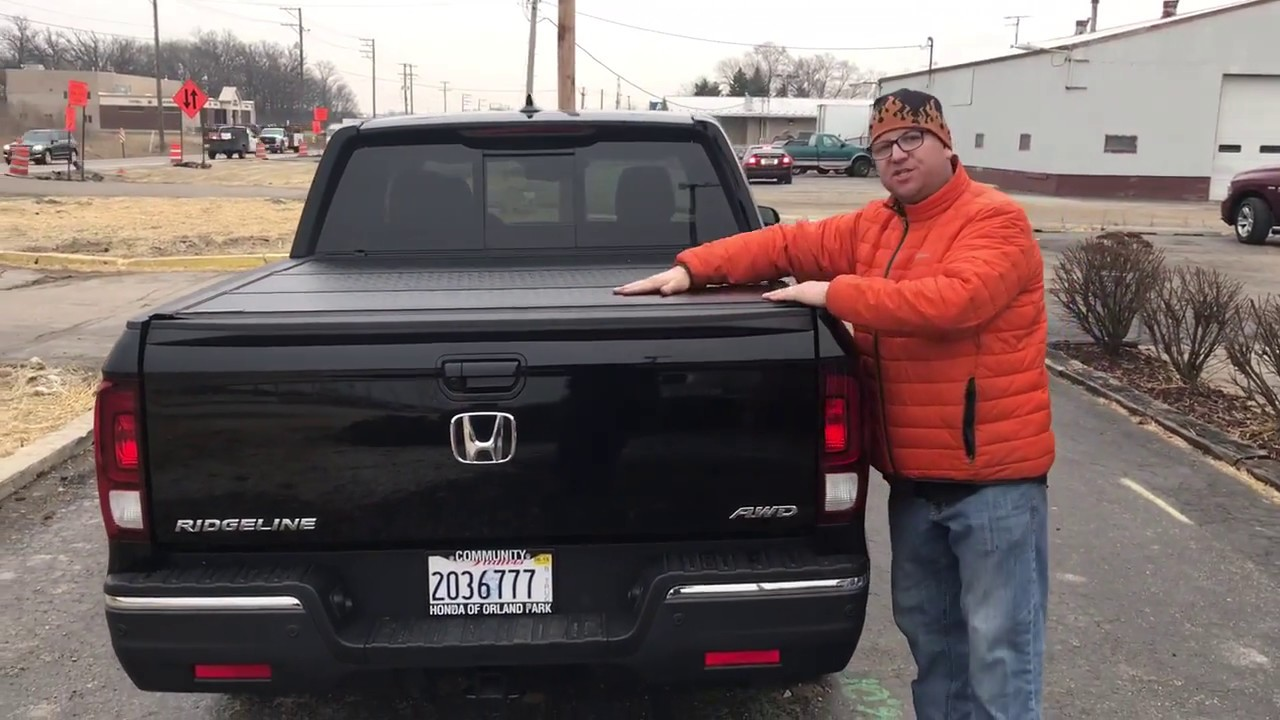 Undercover Flex Trifolding Cover On A 2018 Honda Ridgeline Youtube