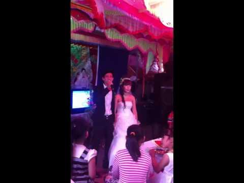 Chú rể hát tặng cô dâu trong ngày cưới