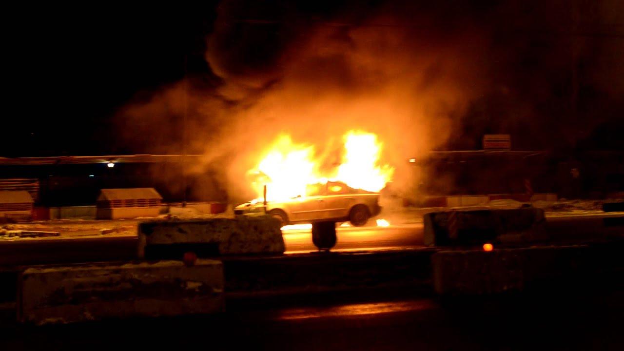 Горит Volvo S40. Ленинградское шоссе. 10.01.2012 примерно 1 ночи.