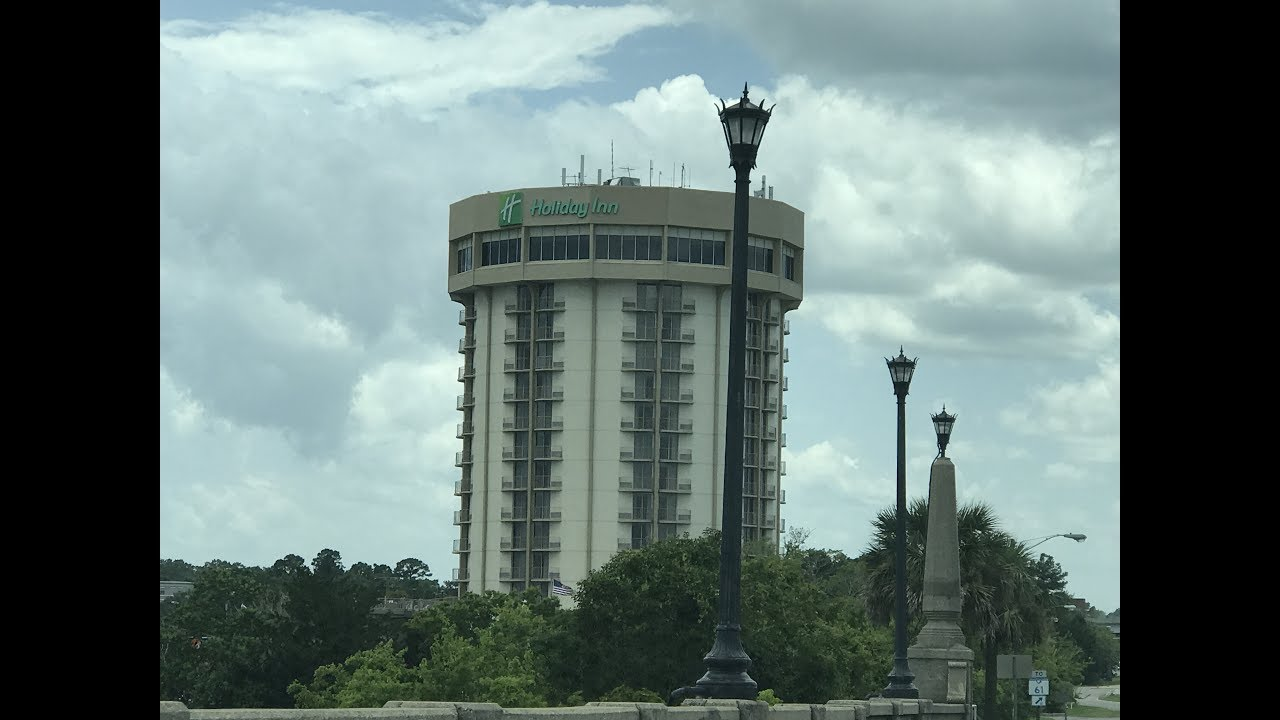 The Round Holiday Inn Hotel In Charleston Sc River View