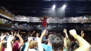 kenny chesney at the joint in grabbing my phone