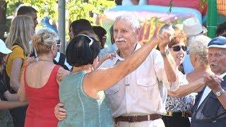 Волгоградские пенсионеры в парке зажигают под вальсы и фокстроты