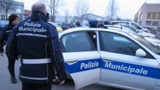 RIMINI: In corso nuova retata anti-spacciatori | VIDEO(Nuovo blitz anti-droga condotto nella notte (e ancora in corso) a Rimini da parte della Polizia Municipale. Sono diversi gli arresti e i chili di sostanze sequestrate., 2016-12-12T11:01:58.000Z)