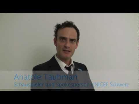 Anatole Taubman steht in der UNICEF Menschenkette gegen Gewalt an Mädchen
