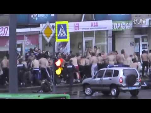 国外青年街头群殴,被警察强行制止并逮捕(720p) 高清