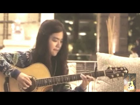 Cewek cantik  Main gitar lagu despacito. Ini asli keren habis
