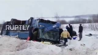 بالفيديو.. 7 قتلى في انقلاب حافلة تقل 33 طفلاً في روسيا