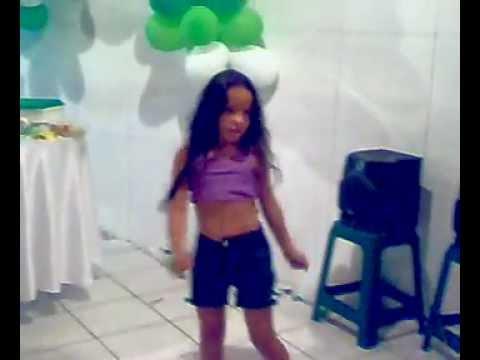 Camily dançando.