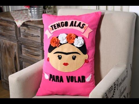 Manualidad c mo hacer un coj n de frida kahlo youtube for Cuartos decorados de frida kahlo