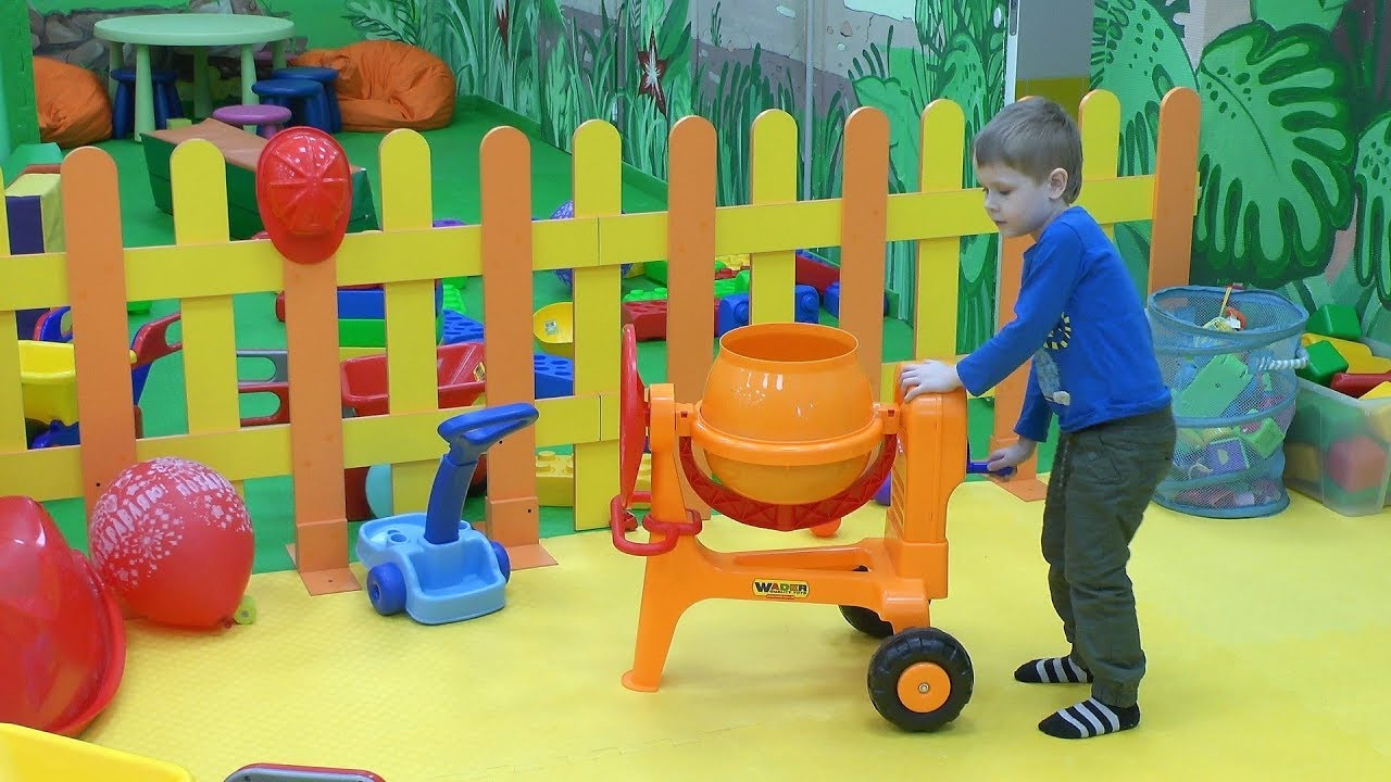 Макс в развлекательном центре Динотопия детская комната с игрушками для детей