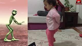 Yeşil uzaylı dansı yapan bebek  :)