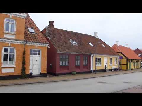 Blåsigt i Saeby hamn,lugnare i fina kyrkan. Danmark