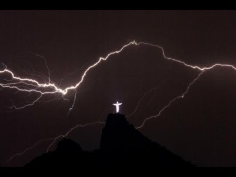 Рио де Жанейро. Ремонт статуи Иисуса после молнии