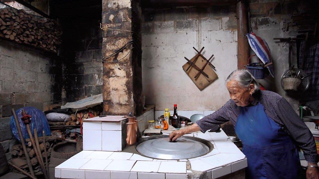 农村93岁老人爱做饭,铜锅坏了小伙帮忙修,看奶奶给小伙做啥吃的