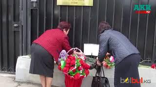 Жителі Оша приносять квіти та м'які іграшки до будівлі Генконсульства РФ у зв'язку з трагедією в Кемерово