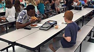 Ihr Sohn aß jeden Tag allein. Als ein Footballstar neben ihm saß, musste seine Mutter weinen!