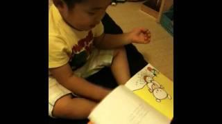 れんちゃんがシロクマちゃんのホットケーキの本を好きすぎて丸暗記しました。2歳11ヶ月です♡ 1ページずつ「よし」って自分で納得してるところがミソです.