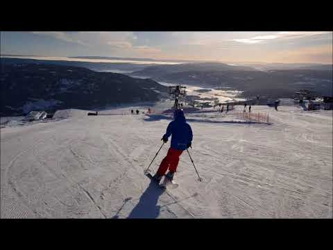 Skiing on top of Norefjell