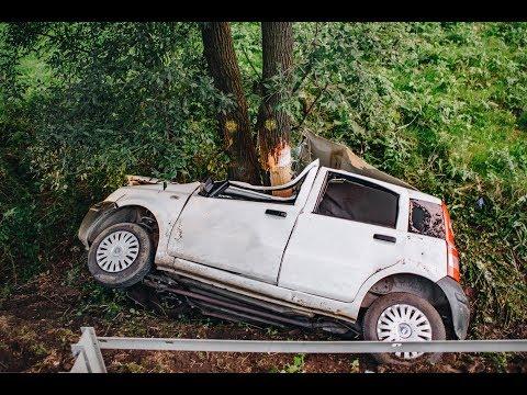 Samochód dachował i uderzył w drzewo